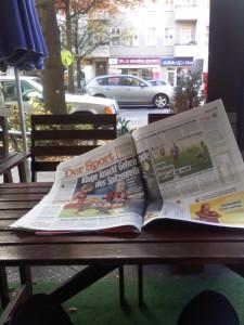 Eine Zeitung in der Mittagspause