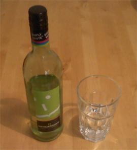 Eine Flasche Wachau Wein und ein Glas