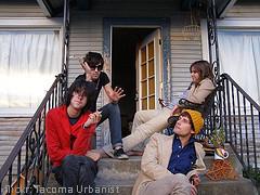 Vier Hipster sitzen vor einem Haus
