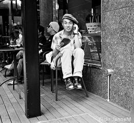 Ein sitzender Hipster